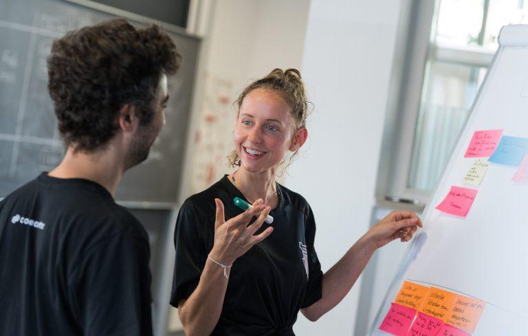 Ein Kollege und eine Kollegin am Standort Dortmund im Gespräch